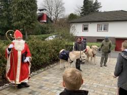 St. Nikolaus besucht Krunkeler Kinder